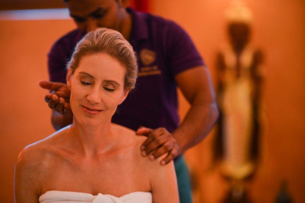 frau genießt ayurvedische massage im wellnessbereich des ayurveda resort sonnhof