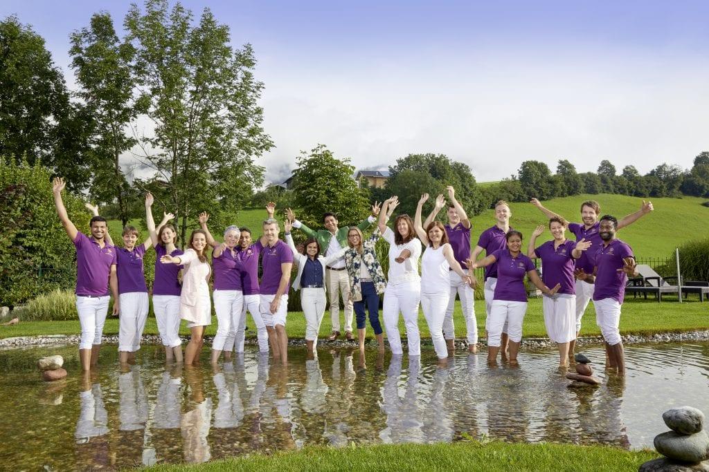 team des ayurveda resort sonnhof steht in teich in der natur