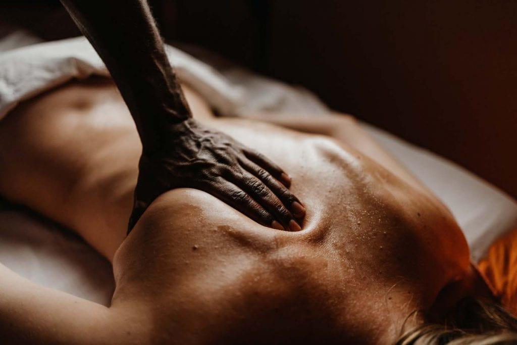 Eine Frau bekommt eine Massage im Ayurveda Hotel
