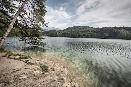 Ein blauer halb bedeckter Himmel auf dem See in Tirol