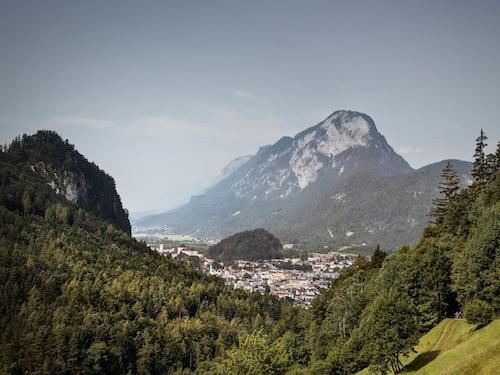Sonnenschein mit klarem Himmel auf einer Wiese in Tirol mit Bergblick