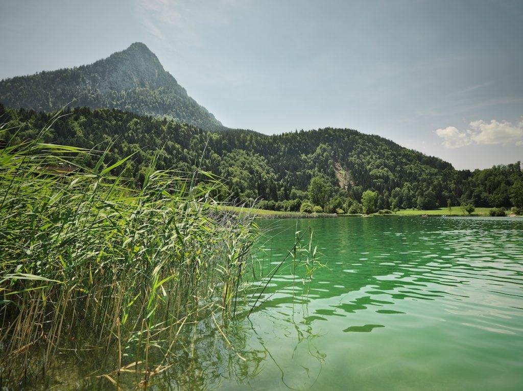 See mit Bergblick in Tirol